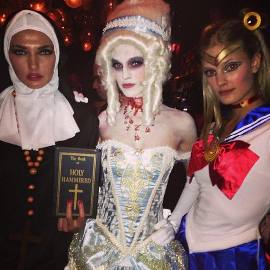 1. Modeller i Halloween-kostymer