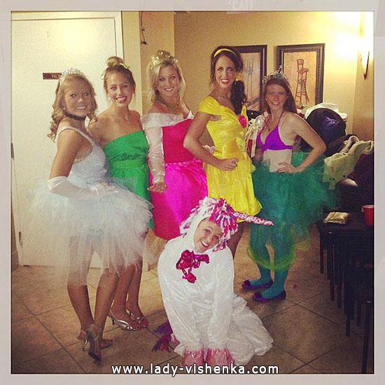 Disney prinsesser på Halloween med hendene