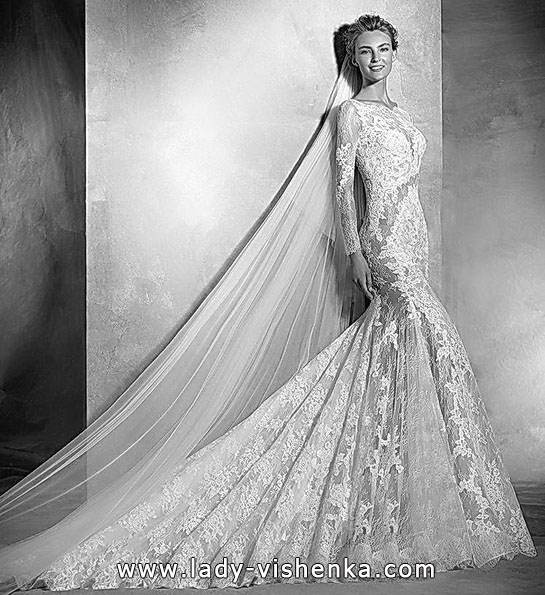 brudekjole med blonder slør og tog - Pronovias