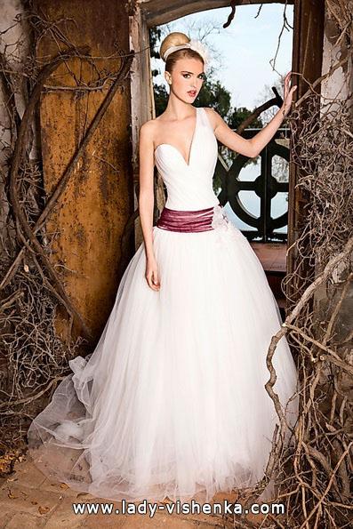 brudekjole med røde bånd - Jordi Dalmau