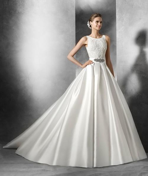 Sateng brudekjole med en full skjørt og en tog - Pronovias 2016