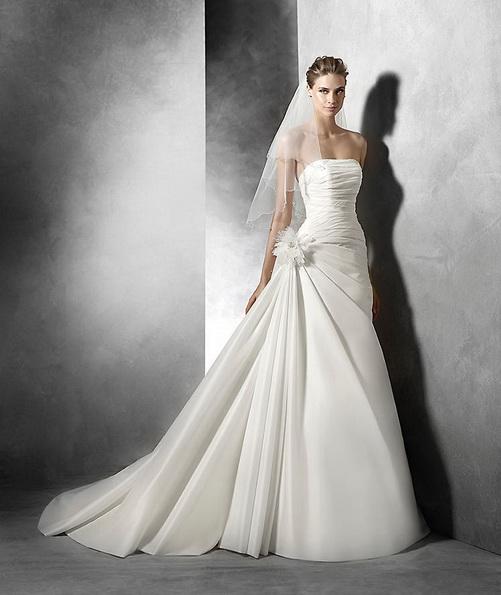 Satin stroppeløs brudekjole med en tog - Pronovias 2016