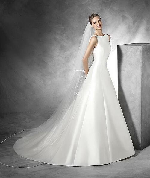 Vakker brudekjole laget av sateng med slør og tog Pronovias 2016
