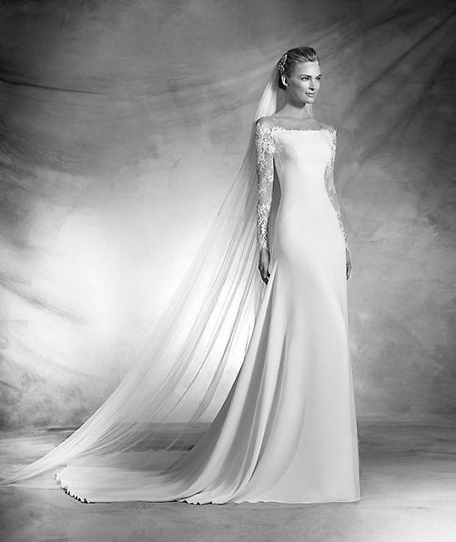 Sateng brudekjole med blonder ermer og en tog - Pronovias 2016