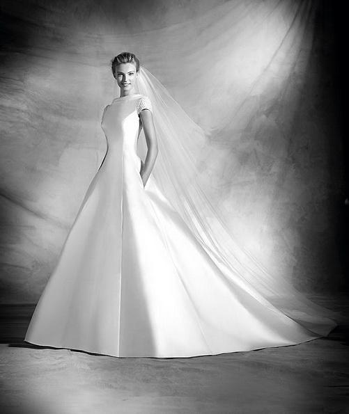 Klassisk brudekjole laget av sateng med en tog - Pronovias 2016